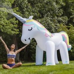 Unicorno gigante spruzza acqua