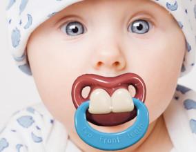 Il ciuccio con i dentoni