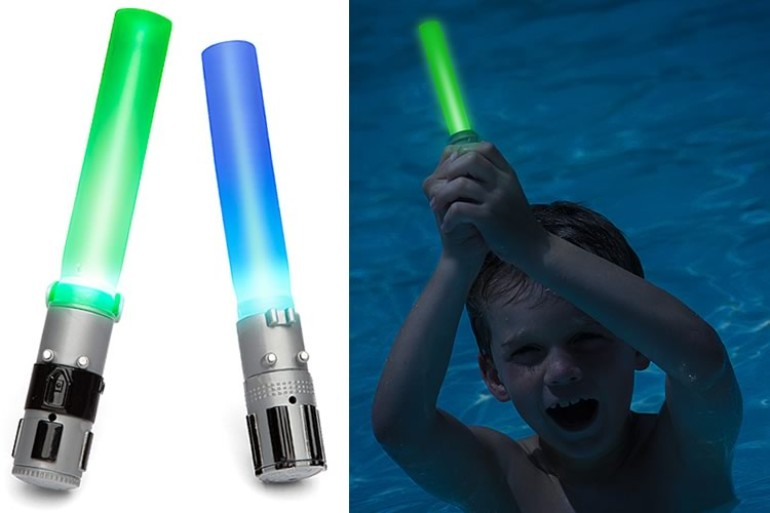 Due piccole spade laser per giocare in acqua come farebbe un Jedi