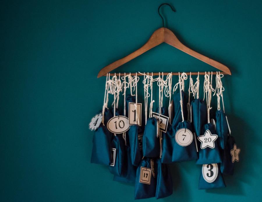 Calendario dell avvento con gruccia e sacchettini di stoffa