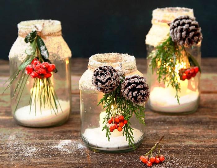 Centrotavola natalizio con barattoli innevati