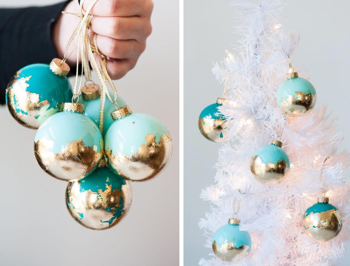 Palline di Natale decorate con foglie d'oro
