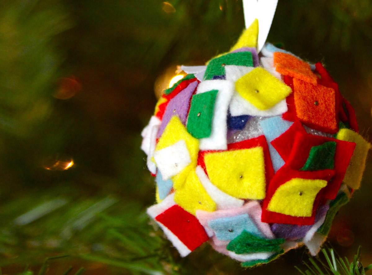 Palline di Natale decorate con feltro