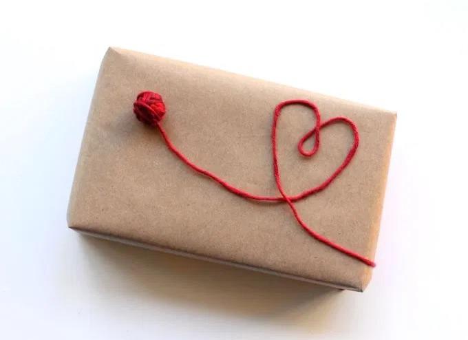 Incartare un regalo romantico con mini gomitolo di lana